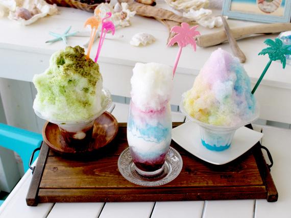 在自家製的火龍果糖漿和藍色夏威夷上加入奶油的刨冰「粉藍色的火龍果」,以及有美麗彩虹色的「夢的顏色刨冰」、沖繩刨冰「抹茶牛奶紅豆白玉」等都很人氣喔!