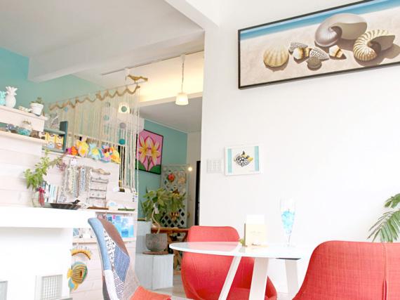 店內以白色為基調,和翡翠綠形成的對比,帶來明亮感。繽紛多彩的可愛風裝飾令人印象深刻。