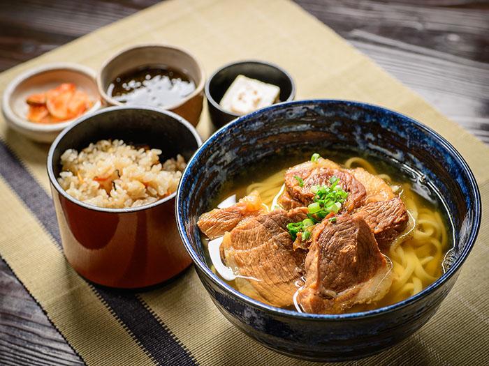 「アグーの肉そばセット」1,700円 お昼のメニュー、じっくり煮込んだアグー豚を大胆に盛り付けた沖縄そば