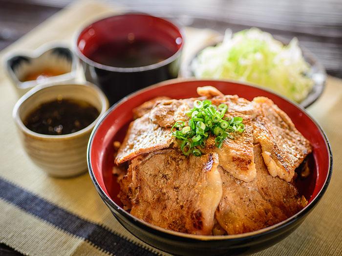 「アグーのしょうが焼丼」 お昼のメニュー、 特性タレに浸し熟成させたアグーの旨味がたまらない