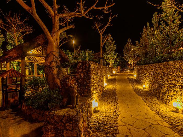 夜はライトアップされた石垣が美しい