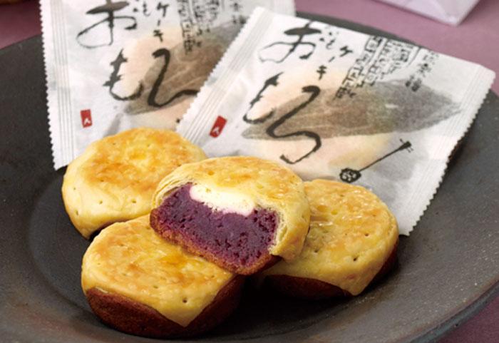 大人気商品の「紅芋ケーキ おもろ」 宜野湾本店でしか味わえない、「焼きたておもろ」1個151円がおすすめです。