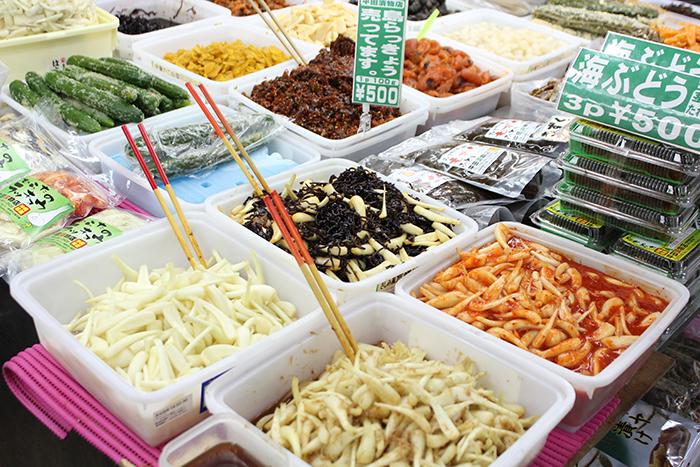 フルーツや島野菜なども豊富に並ぶ 人気の島らっきょうや海ぶどうもぜひご賞味あれ