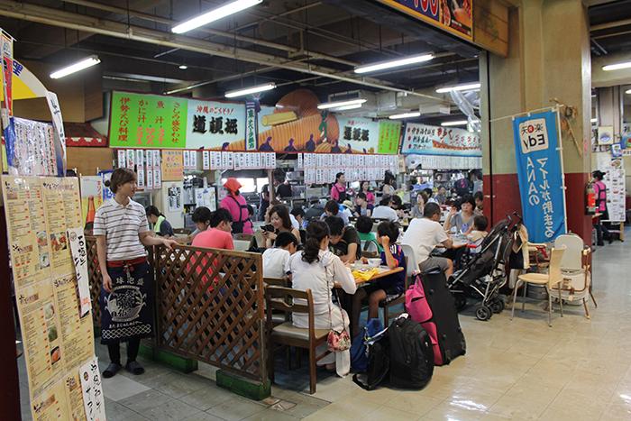 人気の2Fの飲食店街 市場で買った新鮮な海の幸を美味しく調理してくれる(別途調理代)