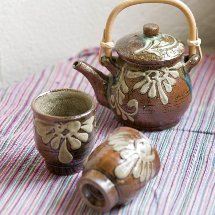 イッチ技法で知られる宮城正亨さんの作。「チューカー(急須)」、「湯のみ」