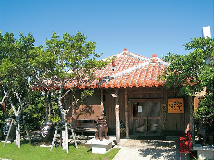 沖縄の民家のようなたたずまいの外観