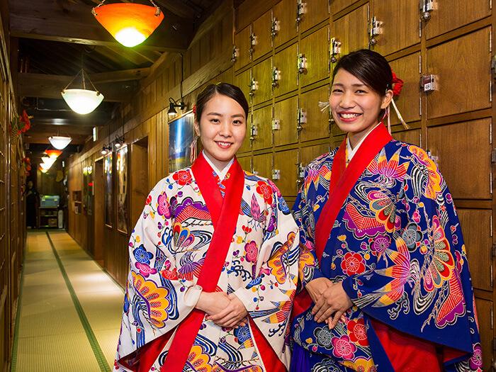 お客様のエスコートをする琉装スタッフ ぱいかじの玄関では琉装スタッフが笑顔でお出迎え致します。