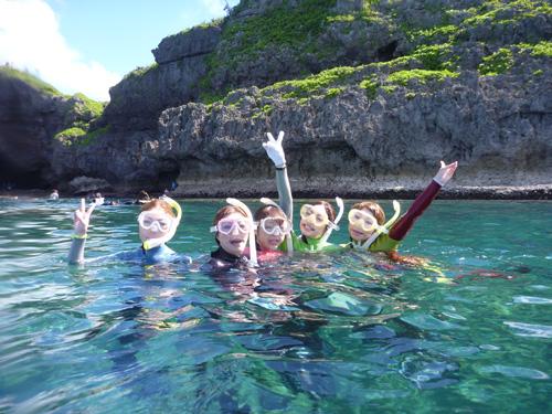 青の洞窟探検シュノーケル+大サンゴ礁シュノーケル 洞窟を出るとかわいらしい熱帯魚が目の前にやってくる
