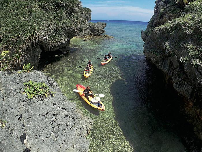 シーカヤックで行く!青の洞窟探検シュノーケルツアー 大冒険の始まり!カヤックに乗り大きな岩場をくぐり抜け、青の洞窟へ。沖縄の大自然から、パワーをもらおう!