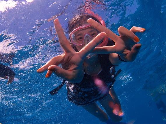 ケラマ スノーケリングツアー 泳ぎが苦手な方も安心!ライフジャケットを着てぷかぷか…お魚ウォッチング