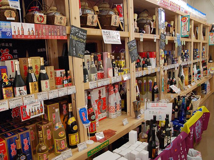 宮古島の全酒造所の泡盛が並ぶ