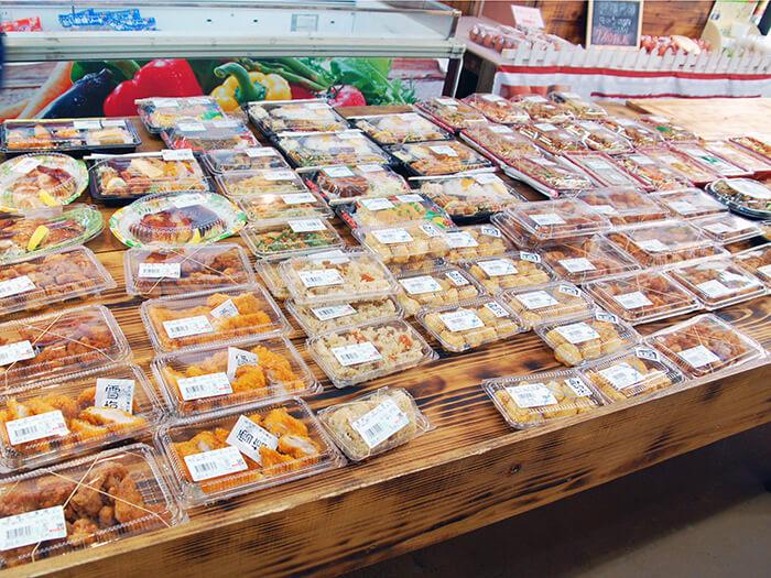 手作り弁当、お惣菜が並ぶ。一番人気は、「からあげ」と「鶏めし」です!