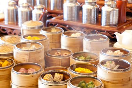 """中国料理「金紗沙」ランチの""""中国茶と楽しむ飲茶バイキング""""は、小龍包をはじめとした多彩な点心をテーブルへお届け。また10種の中国茶のほか、前菜からデザートまでの中華料理バイキングとともにお楽しみいただけます"""