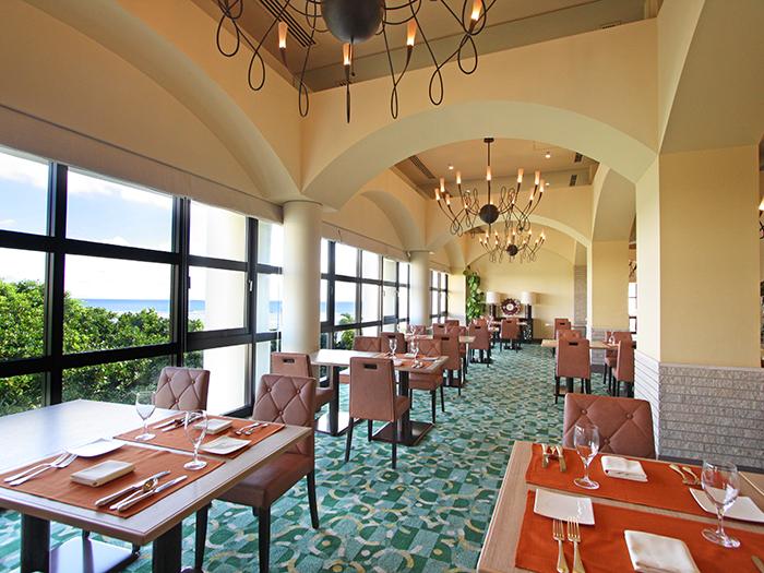 「ブラッスリーベルデマール」沖縄の青い海を望む開放的な空間