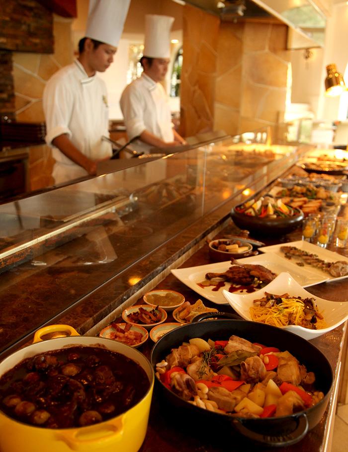 カジュアルブッフェ「ハナハナ」のディナーは、6ヶ国以上の世界の料理と沖縄料理が堪能できる「ワールドグルメブッフェ」