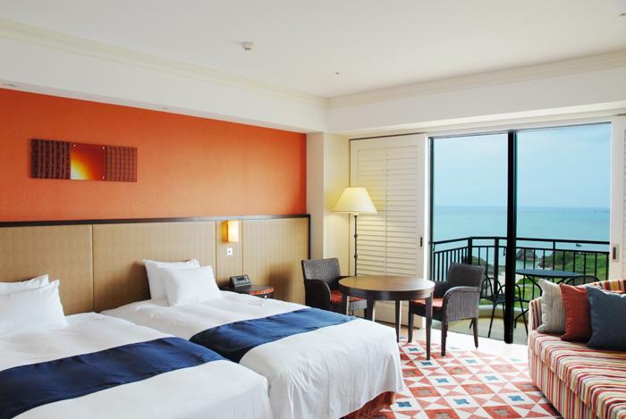 プレミアツイン 沖縄の眩しい太陽とスペインの鮮やかなタイル使いからインスピレーションを受けた、明るく華やいだ色合いの客室。
