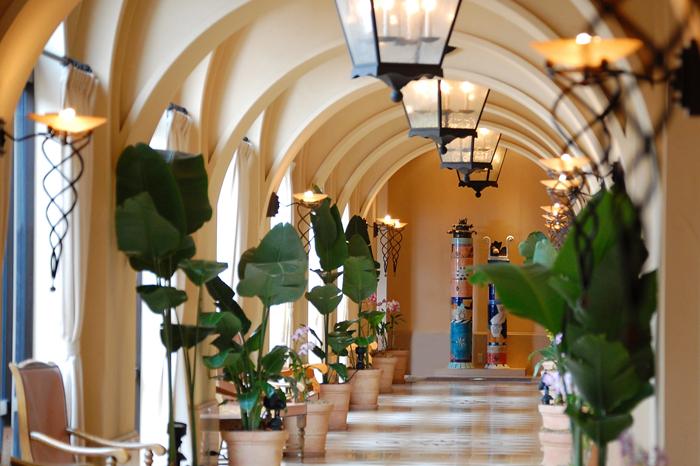 白壁にアーチ型の回廊。異国情緒あふれる館内にリゾート気分も盛り上がる
