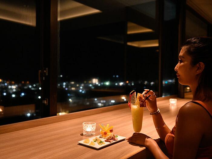 スカイバー カプリコン  ホテル最上階からの夜景を前に美味しいお酒を堪能