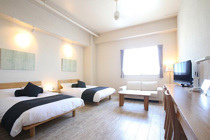 プレミアムツインルーム  客室は全体をナチュラルカラーで統一し、落ち着いた雰囲気の空間にしております。