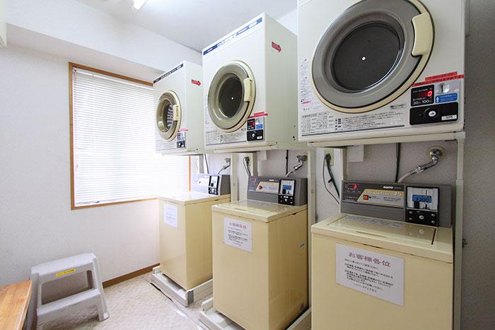 コインランドリーは館内4階にございます。  コイン式洗濯機、コイン式乾燥機がございます。