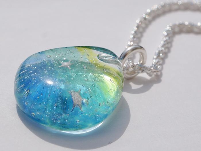 陽光を浴びた海色のガラスはキラキラと輝き、 眺めているとそっと海の中に誘い込まれそう・・・
