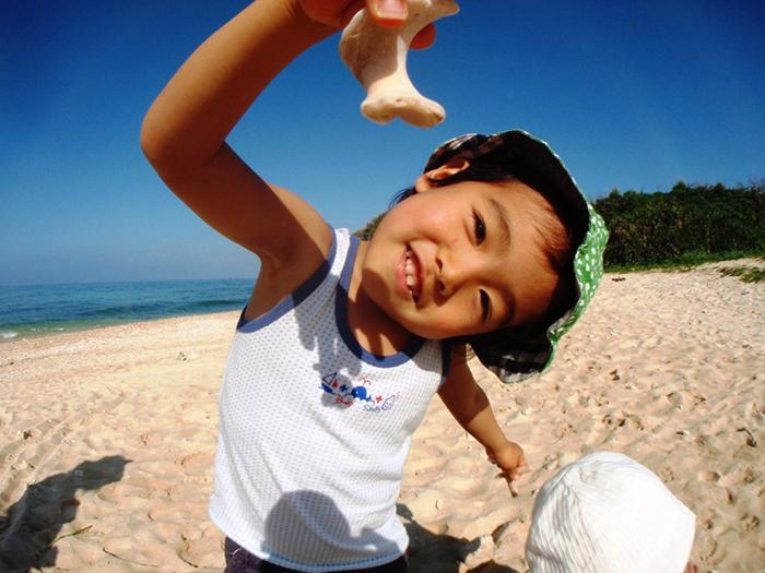 宝物み~つけた♪  ビーチで貝がらやサンゴ拾いもできるよ!