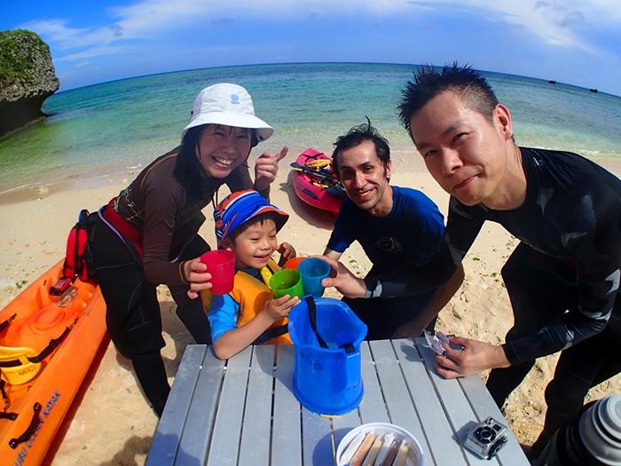 カヤックの後はビーチで、ピクニック気分のおやつ休憩!