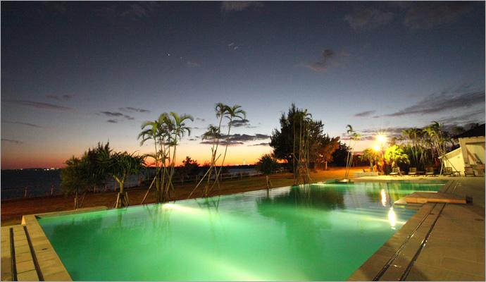 サンセットから日没後も美しいプール