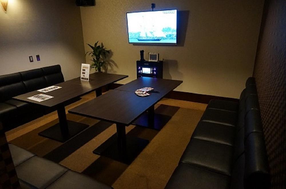最新JOYSOUND f1設置のカラオケルームは広々した個室