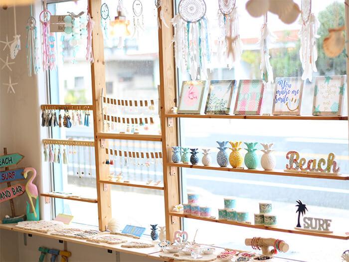 店内では雑貨やアクセサリーなどの販売もある