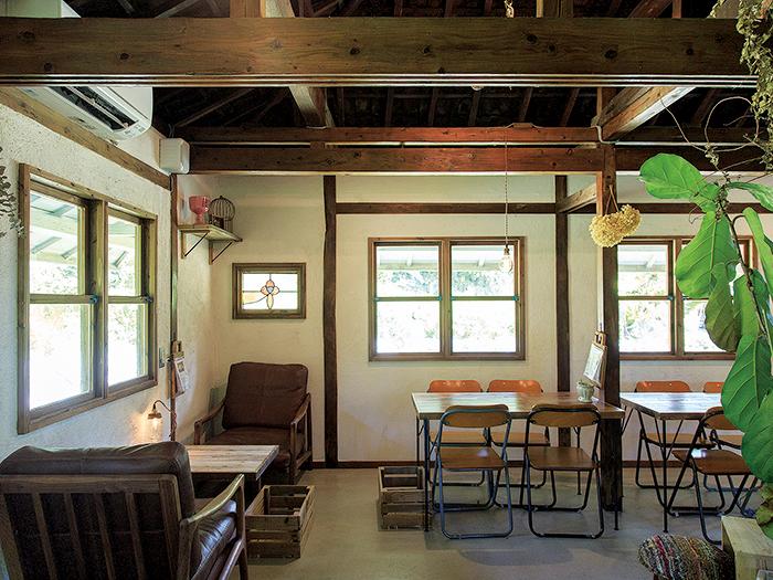 古民家を改装した店内。カフェスペースはゆったりとしていて居心地満点。色使いもおしゃれ