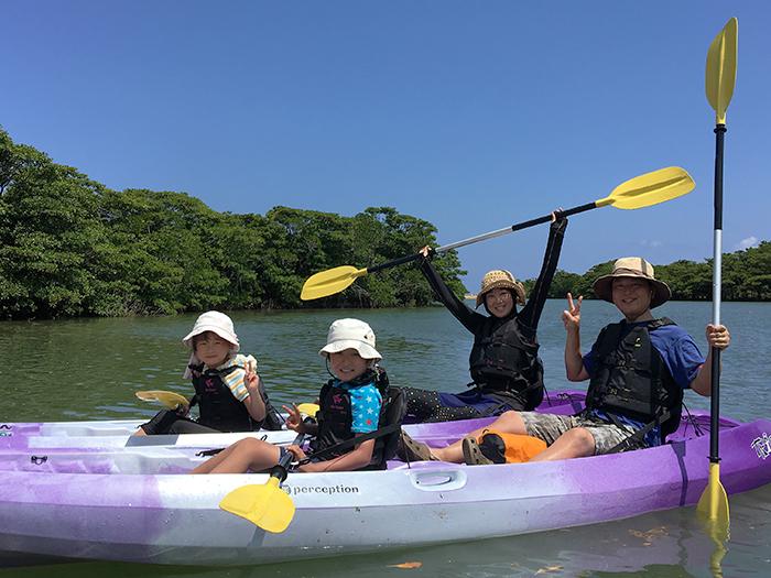 石垣島で大人気!家族みんなでマングローブカヌー 子どもも初心者も安心して参加できる。マングローブの中で冒険気分