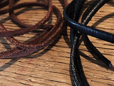 こだわり ペンダントやブレスレットに使用する革紐は、1本1本丁寧にウォッシュ加工が施されている