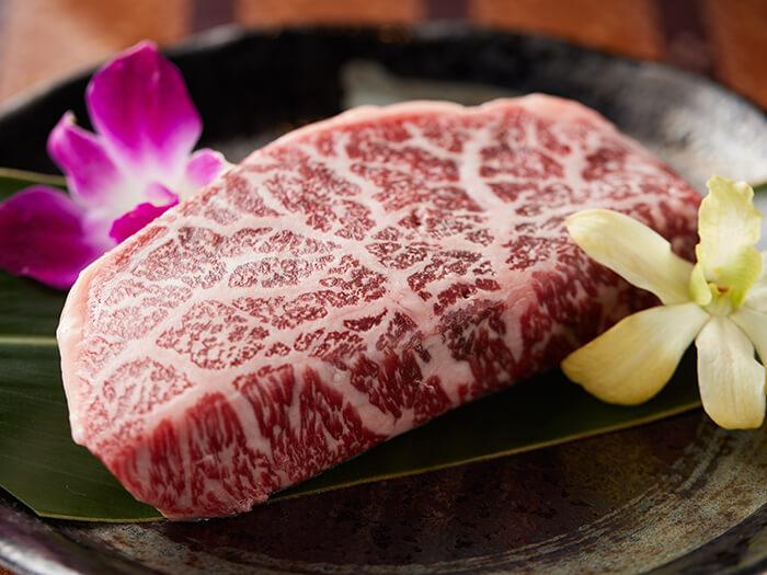 """ステーキに使用する「石垣牛」と「もとぶ牛」は""""A5ランク""""のみ!"""