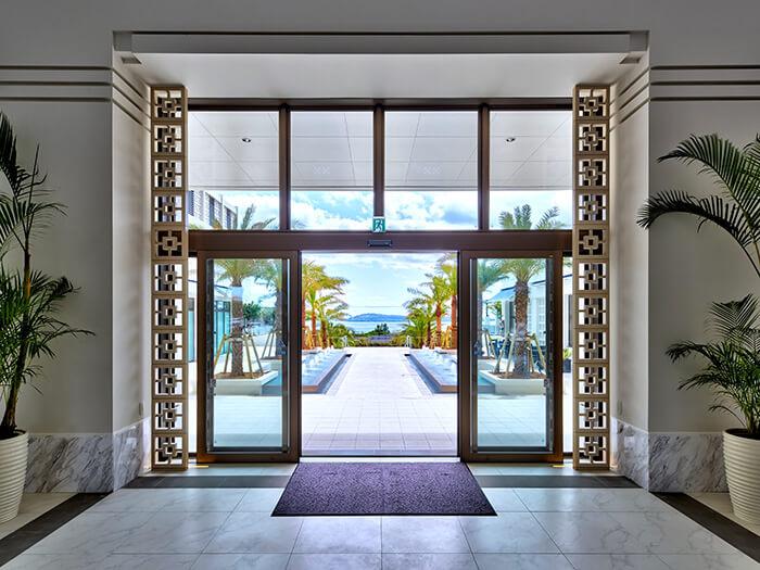 ロビー:美ら海を望む開放感たっぷりのロビー。リゾートステイの期待が高まります。