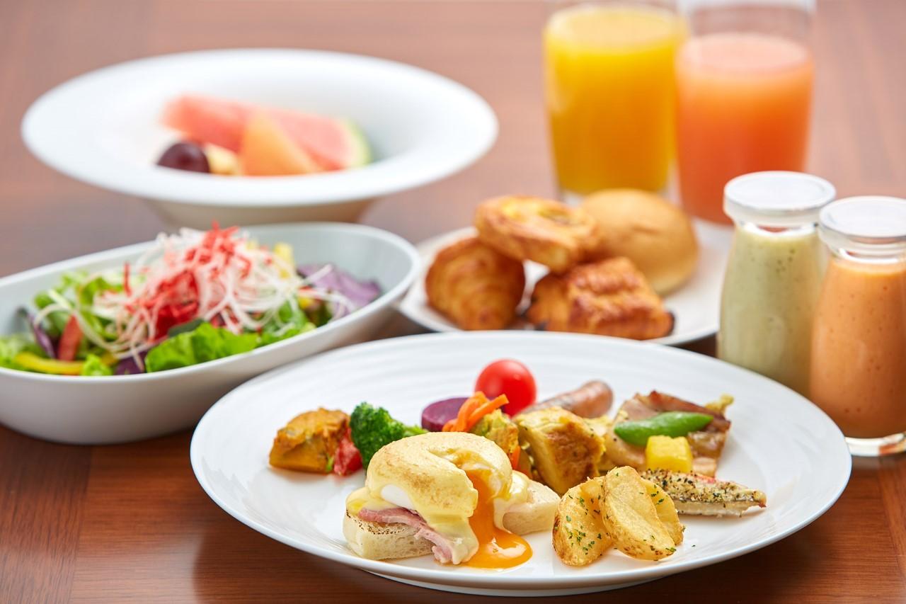 朝食  焼き立てオムレツやエッグベネディクトなど、ライブキッチンで作る卵料理をはじめ、連泊でも飽きない朝食メニューが人気。