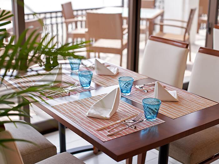 レストラン:やんばるビストロ「ルアナ」  【朝食】7:00~10:00 【夕食】18:00~22:00 (ラストオーダー 21:00) 席数120隻(ホール80席、テラス40席)