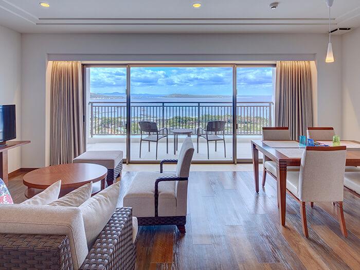 客室一例  「やんばる・本部」の象徴とも言える、紺碧の美ら海。その雄大な風景を、すべての窓辺から一望する贅沢。沖縄に滞在する歓びを、さらに深めるために全室オーシャンビューを実現しました。
