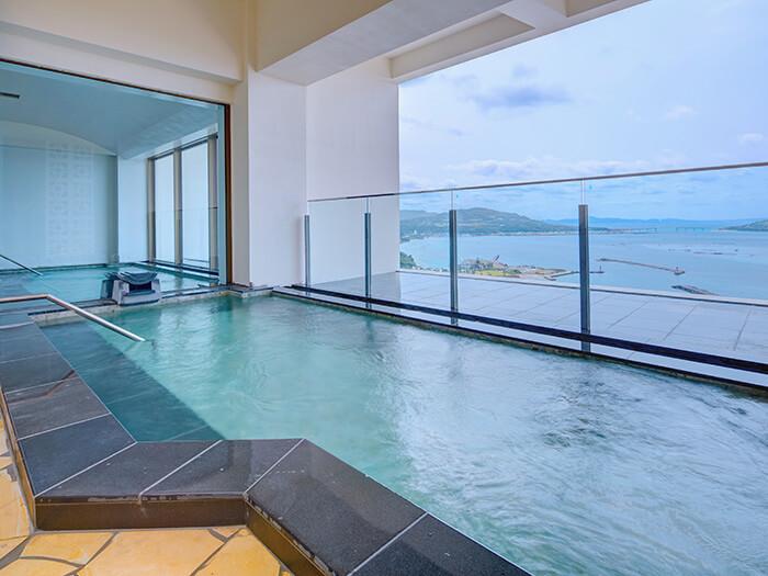 展望大浴場:最上階、露天風呂付大浴場に浸りながら望むオーシャンビューは圧巻。 時間ごとに移り変わる水面の美しさが、南国の楽園でくつろぐ歓びを一層深めます。