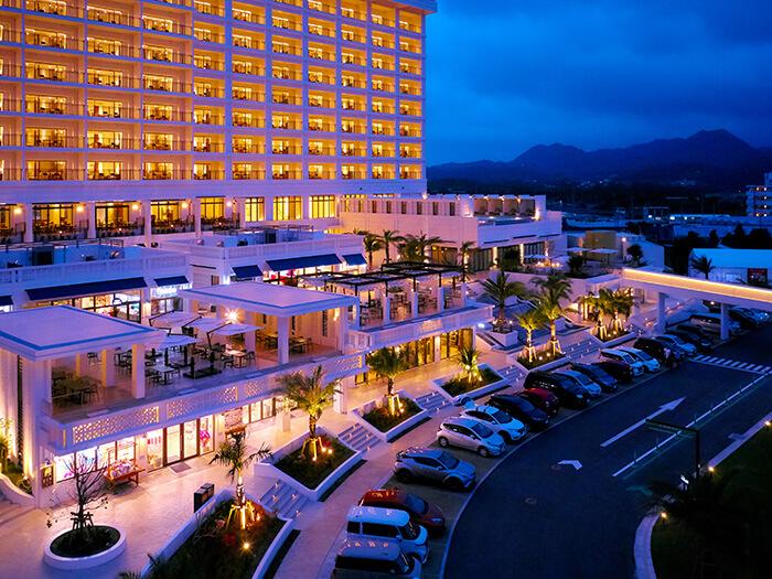ハナサキマルシェ:ホテルの目の前には沖縄の食やショッピングを楽しめる商業施設「オキナワ ハナサキマルシェ」がオープン。