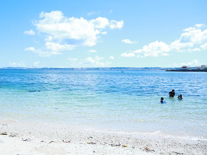 白い砂浜と青い海のコントラストに感動