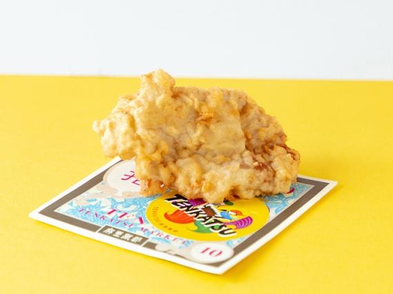 島豚テンカツ 330円(税込)  てんぷらとカツレツのハイブリッドフード「TENKASU」。揚げたてジューシーにウスターソースがアクセント。アツアツにかぶりつこう!