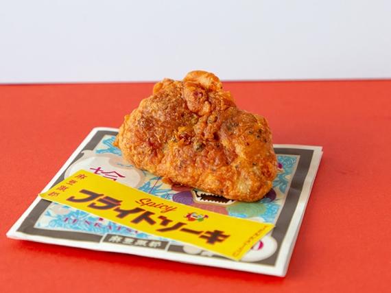 フライドソーキ 290円(税込)  豚軟骨ソーキ(豚の骨付きあばら肉)に沖縄の島コショウ「ピパーツ」や島七味をまぶしたスパイシーフライ。軟骨のコリコリ触感がヤミツキになる
