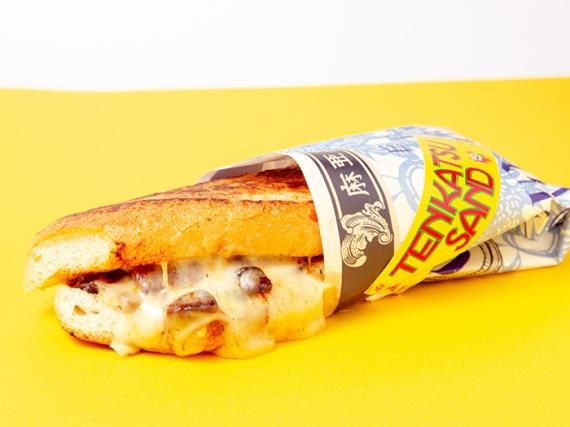 テンカツサンド 780円(税込) 沖縄ご当地ハム「オキハム」のベーコンと島豚ロースをサンド。とろけるチーズがあふれる沖縄版キューバサンドにお腹も満足!