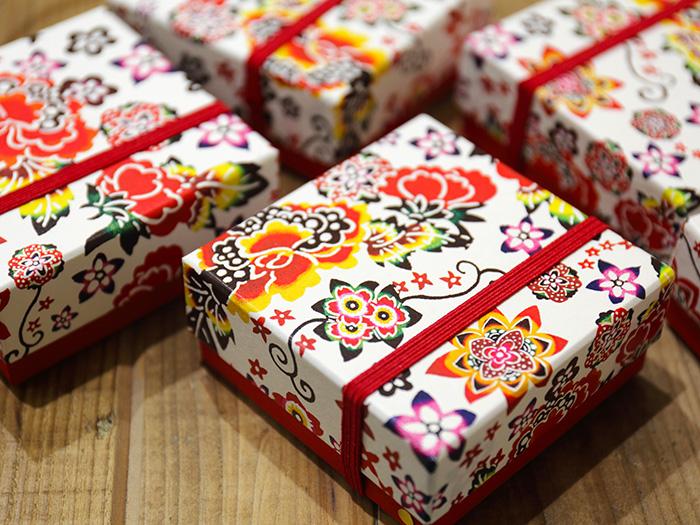 お菓子が入った華やかな紅型模様の小箱はお土産にぴったり♪