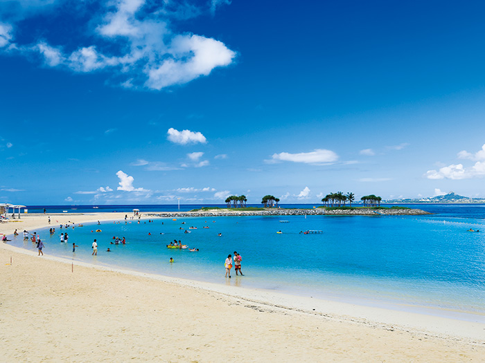 The beach in the Ocean Expo Park. Please come and enjoy the beach along with the visit to Okinawa Churaumi Aquarium.