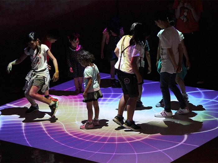 在WONDER MUSEUM內有「彩虹舞台」,彩虹光會隨著腳步而變化躍動,非常有趣。
