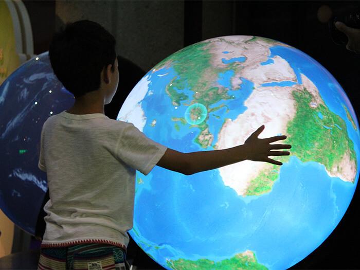 在WONDER MUSEUM內有「摸摸看地球」項目,可以看見從古至今的地球模樣。