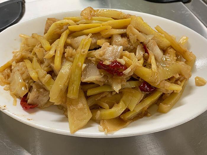 中華料理風味的微辣「炒竹筍」,是使用台灣竹筍做成的一道美味料理。