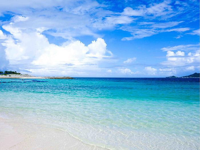 店家還有淋浴間和更衣室等,是一座設備完善又舒適的海灘。